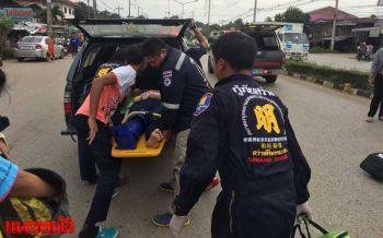ขับรถมิตซูซิ่งผ่าไฟแดงชนจยย.2นักศึกษาสาวบาดเจ็บ