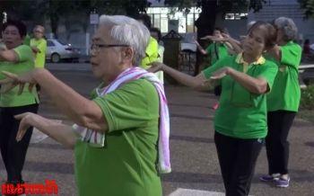 อบอุ่นร่างกาย ผู้สูงอายุเมืองหนองคายรวมตัวเต้นบาสโลปสู้หนาว
