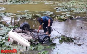 เฒ่าวัย62ปีขับรถเสียหลัก พุ่งชนศาลพระภูมิไถลตกบ่อบัวดับ