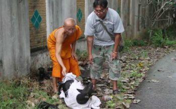 คนใจบาปจับสุนัขแม่ลูก5ตัวยัดกระสอบทิ้ง พระ-ชาวบ้านสลดใจเข้าช่วย
