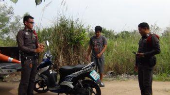 ชาวบ้านงง! พบจักรยานยนต์จอดซุกป่าหญ้าข้ามคืน เจ้าของหายจ้อย