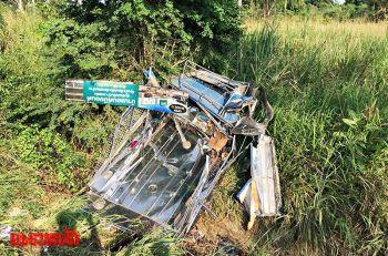 รถสองแถวซิ่งเสียหลักพุ่งชนต้นไม้ ดับ5เจ็บ9-คนขับหลบหนี