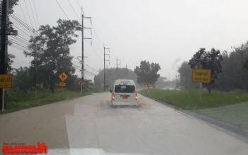 ฝนถล่มหนัก น้ำท่วมขังถนนตะกั่วทุ่ง-โคกกลอย ชาวเรือหยุดหาปลากลัวคลื่นสูง