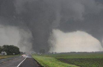 \'พายุทอร์นาโด\'พัดถล่ม\'อินโดนีเซีย\' บาดเจ็บ35คน-บ้านเสียหายกว่า600หลัง (ชมคลิป)