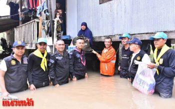 เจ้าหน้าที่ลุยน้ำท่วมแจกถุงยังชีพ หลังแม่น้ำสายบุรี-ปัตตานีล้นสปริงเวย์