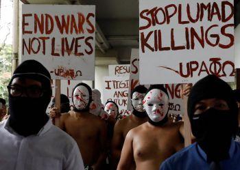 นักศึกษาฟิลิปปินส์ เปลือยกายวิ่งประท้วง \'ดูเตอร์เต้\' หยุดเข่นฆ่า (ชมคลิป 18+)