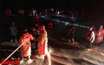 น้ำป่าพัดรถบัสจมหายช่วยชีวิตได้แล้ว50คน-2คุณยายยังหาไม่เจอ