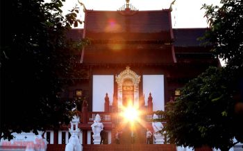 1ปีมีครั้งเดียว! อัศจรรย์แสงอาทิตย์ลอดประตูตะวันตกมาตะวันออกที่หอคำหลวงราชพฤกษ์