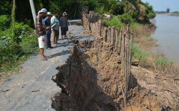 ชาวบ้านร้องเรียนตลิ่งทรุดถนนพังหวั่นบ้านจมแม่น้ำเจ้าพระยา