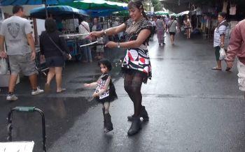 กระเทยสงขลาสู้ชีวิตเชิดหุ่นเต้นเลี้ยงชีพ จิตอาสาทำผมให้เด็กคนชรา