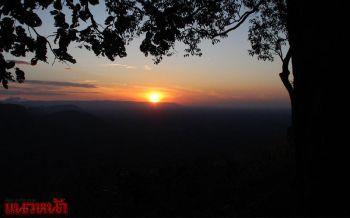 จุดชมวิวผามออีแดง9องศาฯ นทท.แห่ชมพระอาทิตย์ขึ้น3แผ่นดิน
