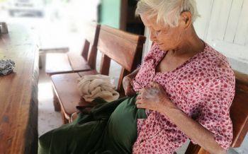 ยายตั้งท้องมาราธอน 41 ปี ไม่ยอมคลอด ชาวบ้านผวาลูกกรอก (ชมคลิป)