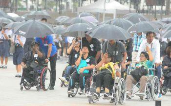 ปชช.เข้าชมนิทรรศการพระเมรุมาศเนืองแน่น แม้ฝนโปรยปราย (ประมวลภาพ)