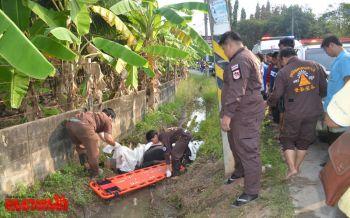 หนุ่ม16ปีขับมอไซค์หักหลบรถชนเสาไฟกระแทกกำแพงตกร่องน้ำดับ