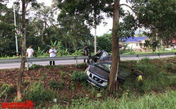 สิบโทซิ่งปิกอัพเสียหลักพุ่งลงคูกลางถนน-ฟาดเข้ากับต้นไม้ติดคาซากรถ