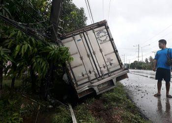 รถบรรทุกน้ำแข็งเสียหลักพุ่งชนเสาไฟฟ้า โชคยังดีไม่ได้รับบาดเจ็บ