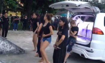 กระหึ่มวัด! แก๊งเพื่อนสาวเต้นโคโยตี้หน้าเมรุ ไว้อาลัยเพื่อนเป็นครั้งสุดท้าย (ชมคลิป)