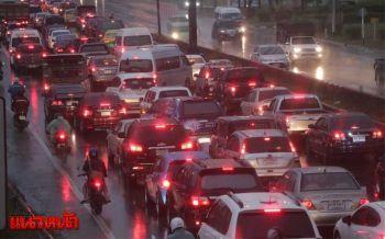 ฝนถล่มแต่มืด-ทำรถติดทั่วกรุง มนุษย์เงินเดือนบ่นอุบเช้านี้สายแน่ (ประมวลภาพ)