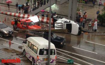 นนทบุรีฝนตกหนัก!กระบะลื่นข้ามเกาะกลางคว่ำเจ็บ2-รถตู้พุ่งชนซ้ำไร้เจ็บ