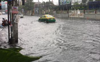 ฝนตกหนัก2ชั่วโมงน้ำท่วมขังเมืองพัทยาจราจรติดเล็กน้อย