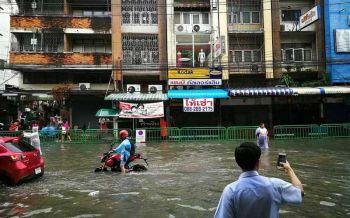 \'บิ๊กแป๊ะ\'สั่งตร.ลงพื้นที่ ช่วยชาวบ้านเจอฝนหนัก-น้ำท่วม