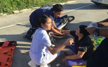 พยาบาลน้ำใจงามขับรถผ่านเจออุบัติเหตุรีบเข้าช่วยคนเจ็บ