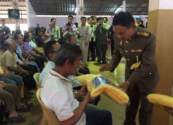 ร.10พระราชทานผ้าห่มกันหนาวแก่ราษฎรที่กาญจนบุรี