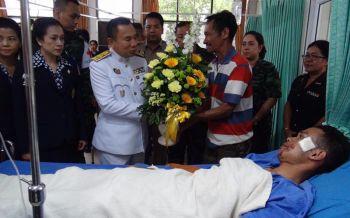 ร.10พระราชทานกระเช้าสิ่งของแก่ทหารพรานบาดเจ็บระเบิดปัตตานี