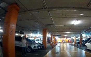 ยังงี้ก็ได้เหรอ! สาวถอยรถจอดในห้างดัง ถูกเคาะกระจกต่อว่า บอกยืนจองให้รถราชการ (ชมคลิป)