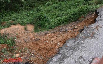 น้ำกัดเซาะถนนนาทวี-คลองแงะพังลึก3ม. วอนจนท.เร่งซ่อมหวั่นเกิดอุบัติเหตุ