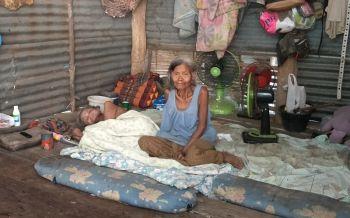 ยายดูแลตาวัย80ปีนอนป่วยอัมพาต ลูกชายเป็นหอบลมชัก/เก็บผักหาปลาประทังชีวิต