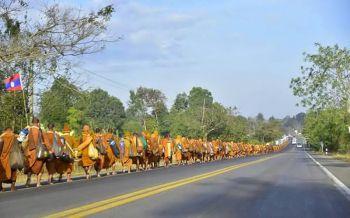 พระธุดงค์เดินเท้าจากจันทบุรี700รูปถึงมุกดาหารแล้ว