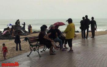 \'แหลมสมิหลา\'คึกครื้น! ชาวไทย-มาเลฯแห่เที่ยวแน่นไม่กลัวฝน