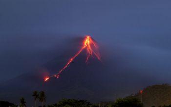 ความงามอันน่าสะพรึง! ฟิลิปปินส์ยกระดับเตือนภัย \'ลาวา\' ทะลักภูเขาไฟ