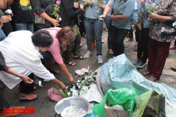 ชาวยะลาไว้อาลัยวางดอกไม้ขาวจุดบึ้มเขียงหมู วอนจนท.คุมเข้มความปลอดภัยปชช.
