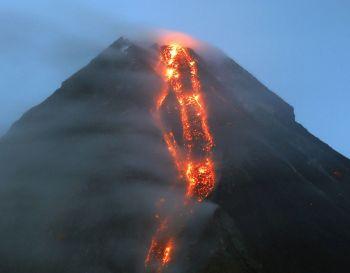 \'ฟิลิปปินส์\'เตือนภัยภูเขาไฟขั้นรองสูงสุด หลัง\'มายอน\'ใกล้ระเบิด-พ่นลาวาหนัก