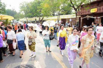 'อุ่นไอรัก'วันแรกคึกคัก  แห่แต่งชุดไทยย้อนยุค  เพิ่มตร.2.3พันนายดูแล