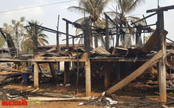 ไฟไหม้บ้านไม้เก่าอายุ100ปีวอดทั้งหลัง เจ้าของเผยไก่3ตัวซื้อไว้รอแกงรอดตาย-เตรียมปล่อยวัดเอาบุญ