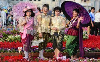 \'ชาวไทย-ต่างชาติ\'แต่งชุดย้อนยุค ร่วมงาน\'อุ่นไอรัก คลายความหนาว\' (ประมวลภาพ)
