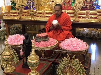 เกจินครปฐมปลุกเสกวัตถุมงคลสีชมพูแจกในวันวาเลนไทน์