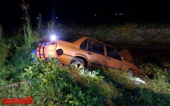 ผู้ใหญ่บ้านเมืองคอนขับเก๋งกลับจากงานเลี้ยง รถแหกโค้งจมคูน้ำริมถนนดับ