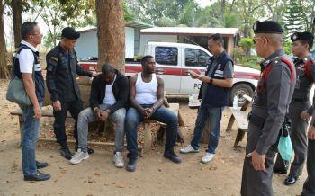 ล่า2หนุ่มไนจีเรียปีนกำแพงเขมรเข้าไทย บังคับแท็กซี่แหกด่านก่อนสิ้นฤทธิ์ในป่าอ้อย