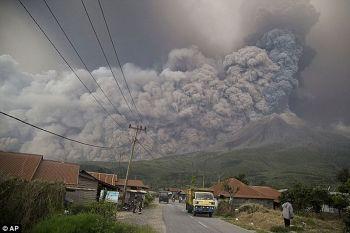 \'ภูเขาไฟ\'บนเกาะสุมาตราปะทุครั้งใหม่ พ่นเถ้าถ่านขึ้นท้องฟ้ายาวกว่า5กม. (ชมคลิป)