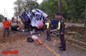 รถเทเลอร์ตกร่องกลางถนนพุ่งชนต้นไม้ คนขับเสียชีวิตคาที่
