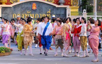 ประชาชนแต่งชุดไทยย้อนยุค ร่วมชมงาน\'อุ่นไอรัก คลายความหนาว\'