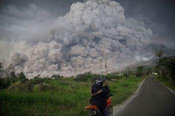 อินโดฯเตือนภัยสูงสุด การบินผ่านภูเขาไฟซินาบุงหลังปะทุต่อเนื่อง