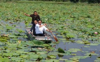 \'นายกฯพายเรือชมนาบัว ปลุกคนไทยเลือกตั้งสร้างปชต.ยั่งยืน
