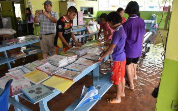 นักเรียนเร่งทำความสะอาดโรงเรียน หลังพิษณุโลกฝนตกหนักน้ำท่วม