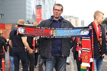"A half-and-half scarf  ชัยชนะบนความสับสนของ""โมเดิร์น ฟุตบอล"""