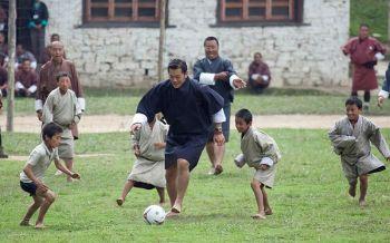 \'กษัตริย์จิกมี\' ทรงเล่นฟุตบอลกับเด็กๆด้วยพระบาทเปล่า
